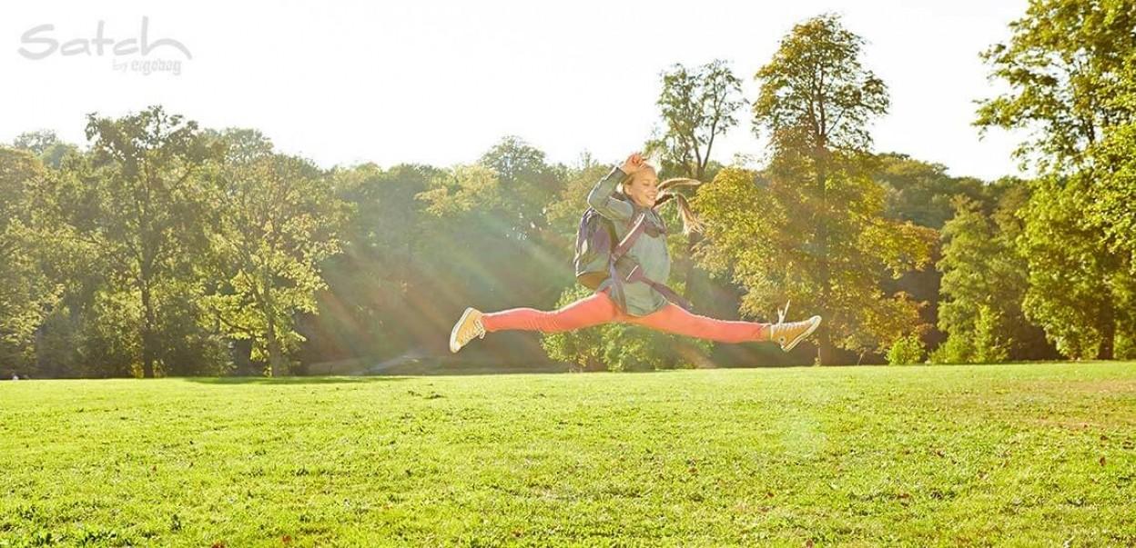 Satch - by ergobag - Mädchen mit Rucksack mach Luftspagat